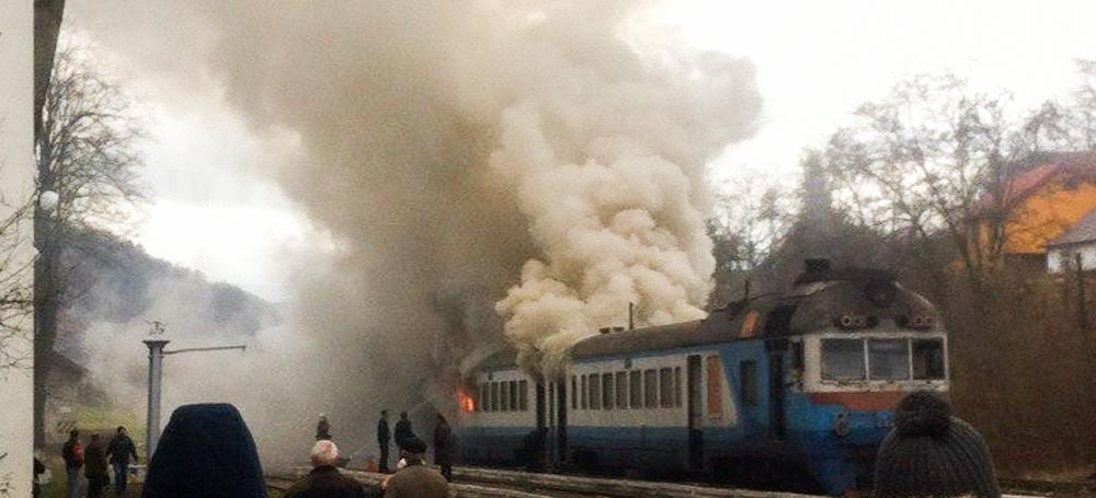 «Мы уже 40 минут едем в вагоне, который …»: Поезд Киев-Львов-Ивано-Франковск задымился на ходу