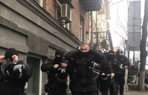 Спровоцировали! Саакашвили забрался на крышу 8-этажного дома и угрожает прыгнуть