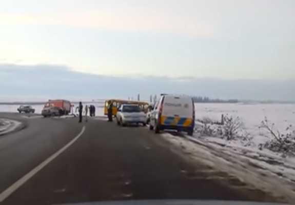 Авария в Черновецкой области, водитель автомобиля въехал в автобус
