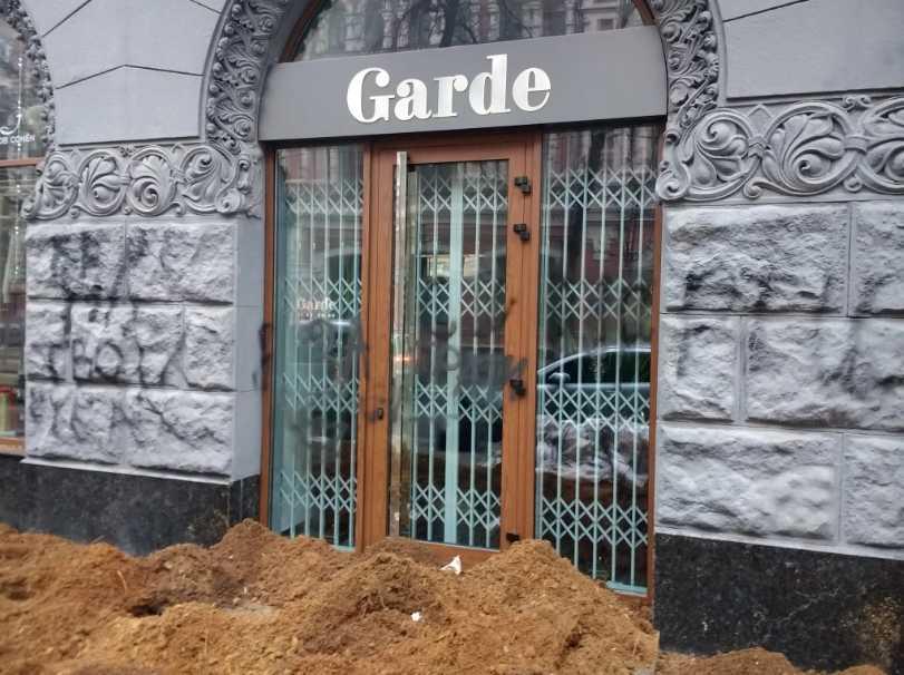Неизвестные в столице обложили элитный магазин навозом
