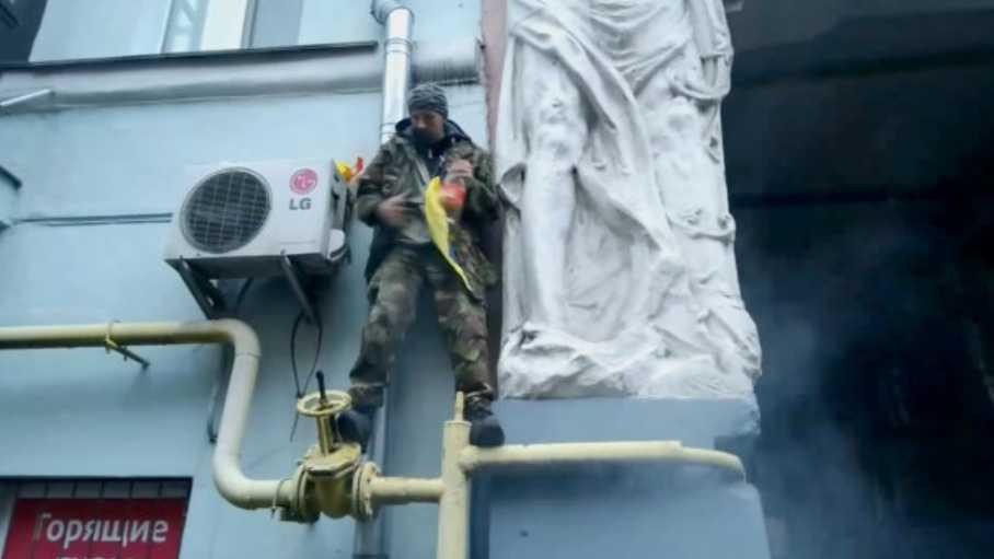 «Облил себя горючим и …»: Активист под домом Саакашвили попытался поджечь себя (ВИДЕО)