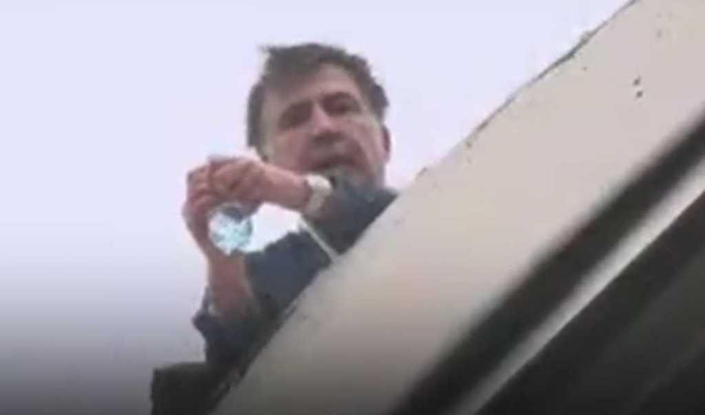 «Группой спецназначения»: Появилось смешное видео, как СБУ снимала Саакашвили с крыши