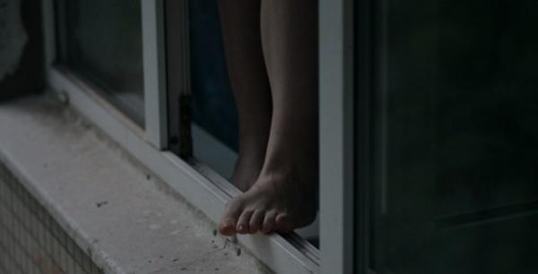 «И раньше угрожала свести счеты с жизнью»: в Запорожье школьница выпрыгнула из окна 14-го этажа