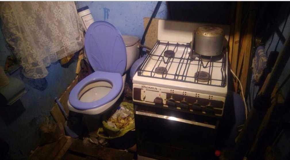 «Туалет на кухне и горы ужасного хлама»: Вот в таких условиях живет семья с тремя маленькими детьми