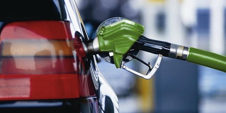 «Впервые превысила эту отметку»: стало известно о рекордном росте цены на топливо