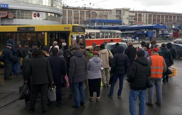 В Киеве неизвестный пытался сбросить 11-летнюю девочку под рейсы