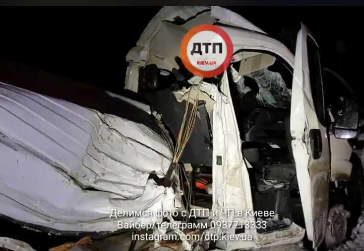 «Полностью разорвало»: Под Киевом произошло ужасное ДТП с участием микроавтобуса и фуры