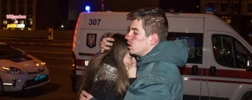 «Продолжили бить двух девушек и парня прямо на улице»: в центре Киева работники пиццерии побили посетителей (видео 18+)