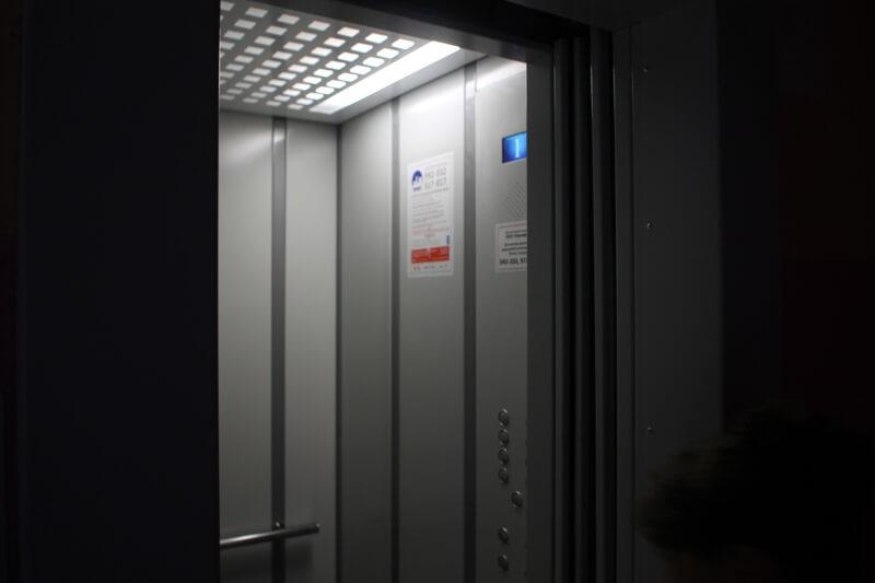 «Когда никто не видит»: Сеть всколыхнули кадры скрытой съемки в лифте. Чем там только не занимаются