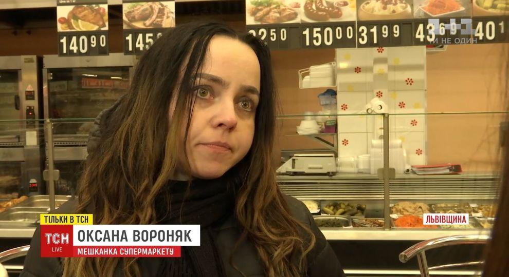 Во Львове женщина уже третий месяц живет на остановке возле торгового центра. Родные бьют тревогу (ВИДЕО)