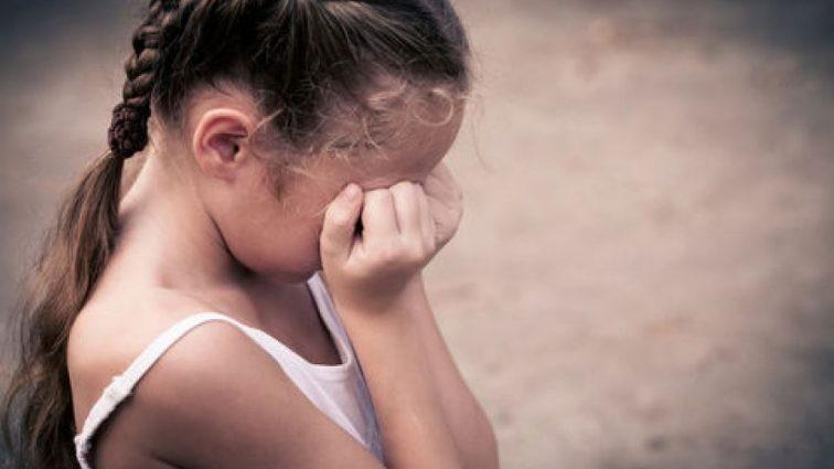 Мужчина изнасиловал маленькую девочку, пока мама спала рядом