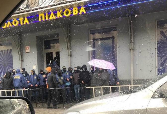 «Молодые люди в масках ворвались»: Во Львове произошло три погрома в учреждениях «Золотая подкова»