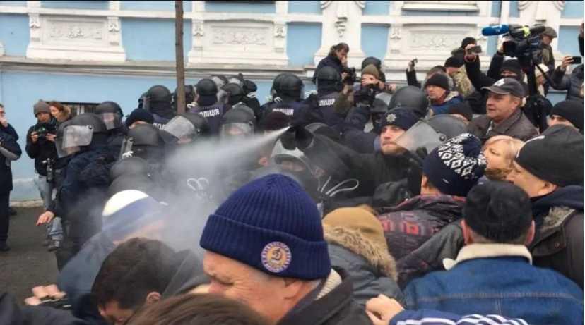 Настоящий хаос! В центре Киева началась масштабная драка, есть пострадавшие. Узнайте, что же там происходит