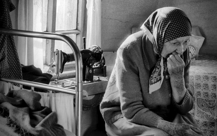 «Маму гоняют, потому что она не выглядит на свой возраст…»: Как Ощадбанк издевается над 91-летней пенсионеркой