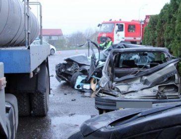 «Умер мгновенно»: На Львовщине грузовик влетел в легковушку