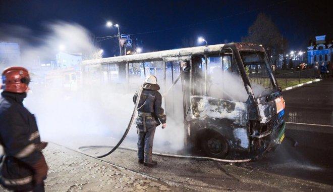 Автобус сгорел дотла: В Харькове загорелась маршрутка с людьми
