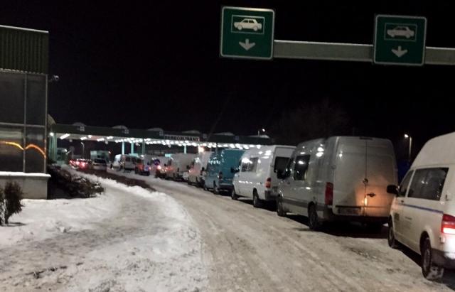 «Около 900 авто…»: На границе зафиксированы рекордные очереди