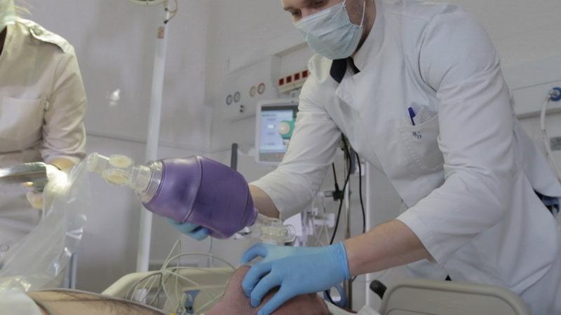 «С пренебрежением к бессознательным пациентам»: известный врач делал выжигания на внутренних органах своих пациентов