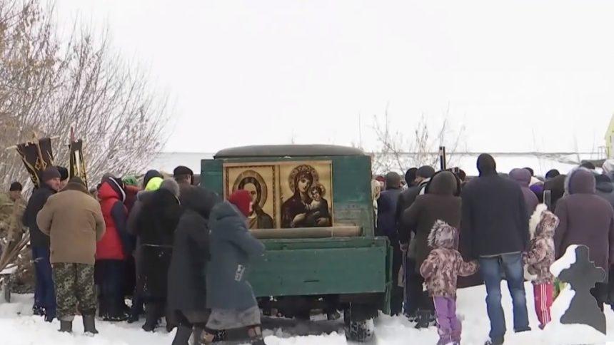 «Детей похоронили в одной могиле — две сестрички и братики»: Мать, из-за которой сгорели дети, отпустили домой
