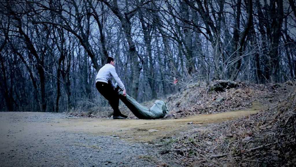 На месте происшествия работает следственно-оперативная группа В лесу обнаружили телa мepтвых отца и сына