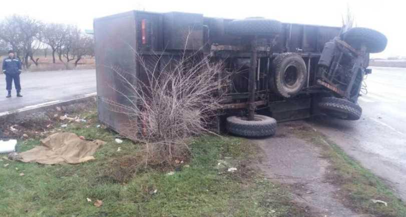 «Девушке отрезало голову»: Автомобиль Нацгвардии врезался в остановку, пострадавшая скончалась на месте