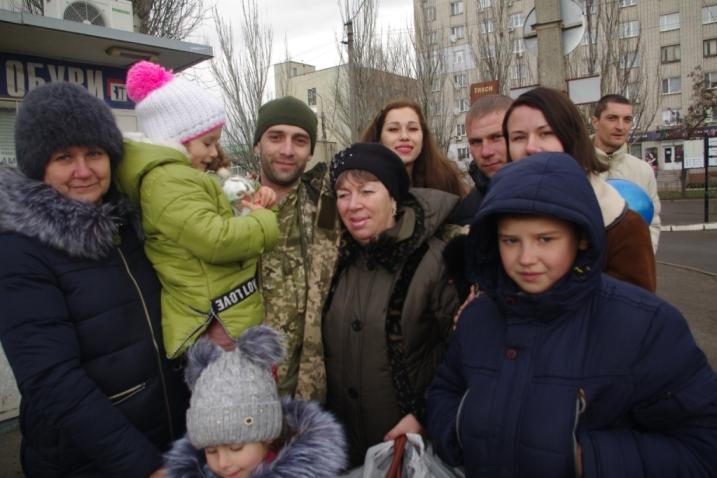 «Сын мой родной, — тихо она прошептала…»: Праздновать Новый год в кругу семьи приехали освобожденые бойцы