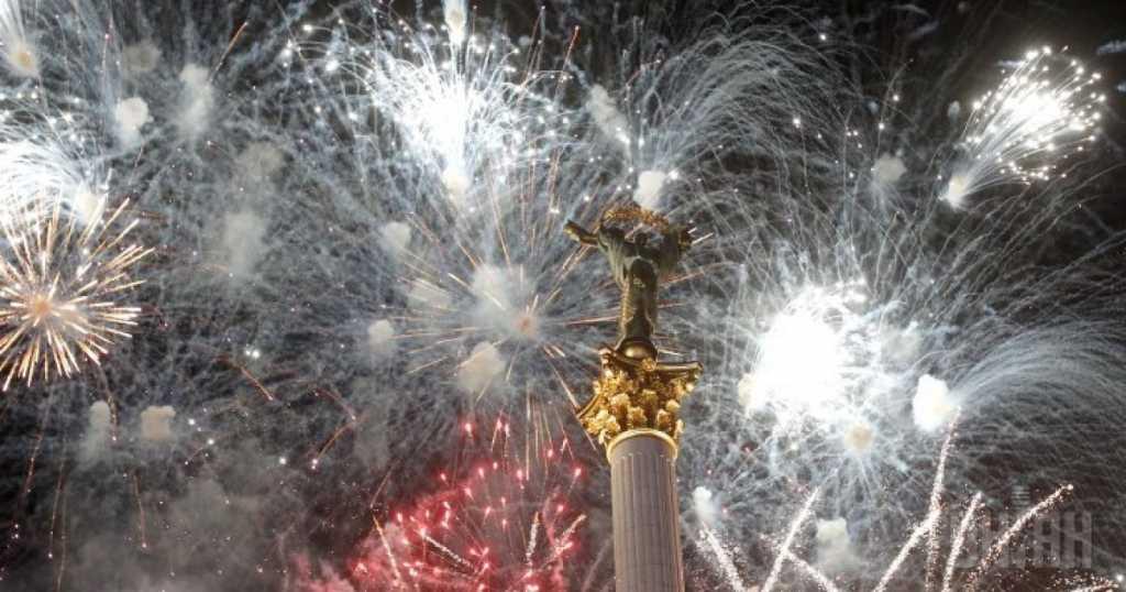 «А мне действительно стыдно за нас!»: В сети возмущены салютами и петардами в новогоднюю ночь