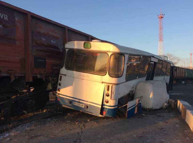 В Одесской области поезд протаранил автобус с людьми, есть пострадавшие