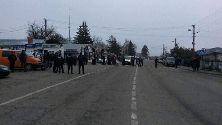 «Позволяют проехать лишь автомобилям с маленькими детьми…»: Западная граница полностью перекрыта (ФОТО)