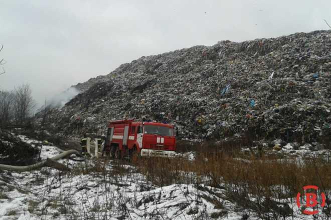«Горит около 200 кв.м.» — Пожарные вторые сутки тушат полтавскую свалку