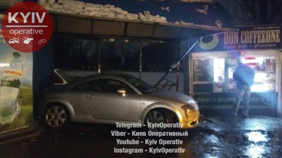 «Обеих качает из стороны в сторону …»: В Киеве машина снесла остановку (ФОТО)