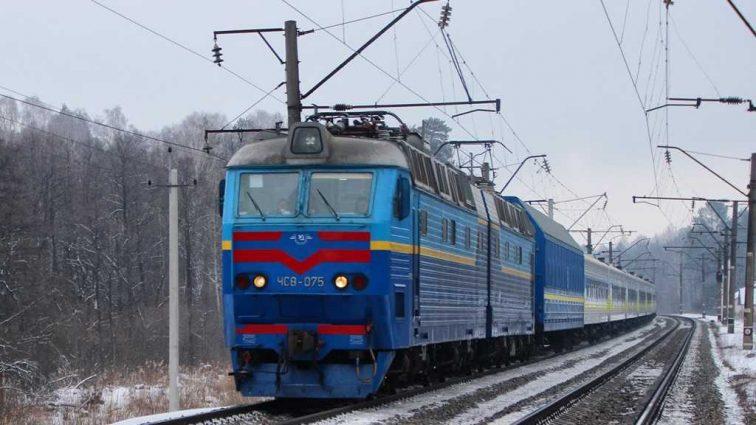 В Кривом Роге на пассажирский поезд упала электроопора