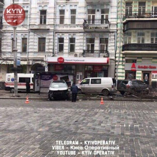 Не без приключений: В центре Киева иномарка влетела в остановку общественного транспорта (ФОТО)