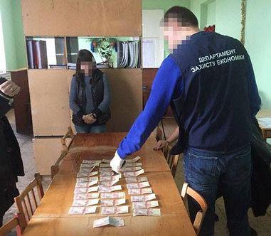 «Систематически требовала неправомерную выгоду от старост»: На Луганщине правоохранители задержали взяточницу