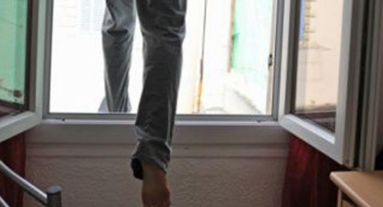 «Когда с мамой заходили в подъезд»: Мужчина выпал из окна многоэтажки прямо на маленького ребенка