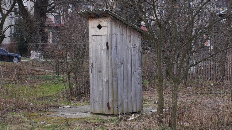 «Выкинула в выгребную яму»: Женщина родила ребенка прямо в сельском туалете и избавилась от него