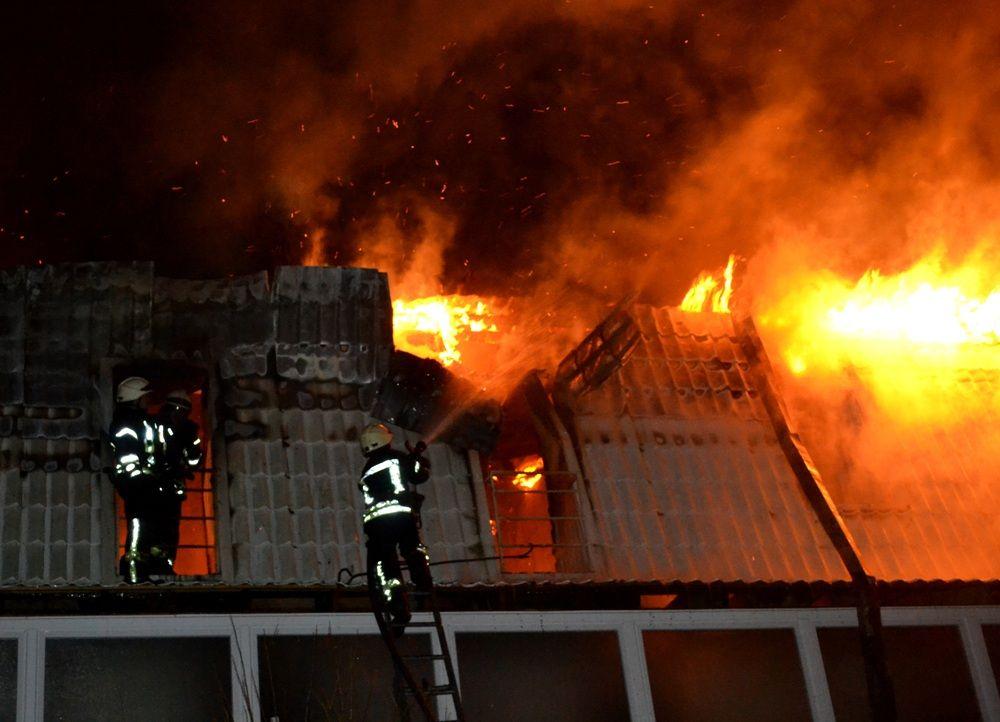 На Львовщине произошел масштабный пожар, спасатели едва спасли парализованного пенсионера