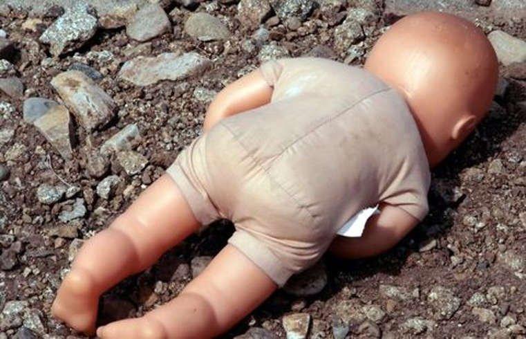 «Положил девочку в бумажный пакет»: Мужчина выбросил младенца в мусорку, а все из-за… (видео)