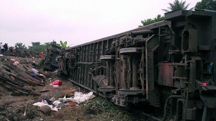 «Около 100 пострадавших»: Поезд сошел с рельсов и загорелся, узнайте подробности
