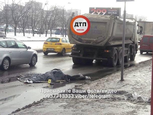 В Киеве произошло смертельное ДТП на пешеходном переходе: грузовик раздавил мужчину