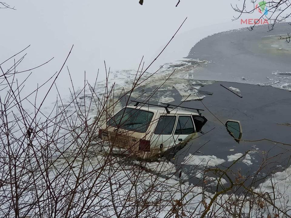 «Он пытался вылезти через багажник»: Подробности инцидента на Тернопольщине, где машина с водителем провалилась под лед (ВИДЕО)