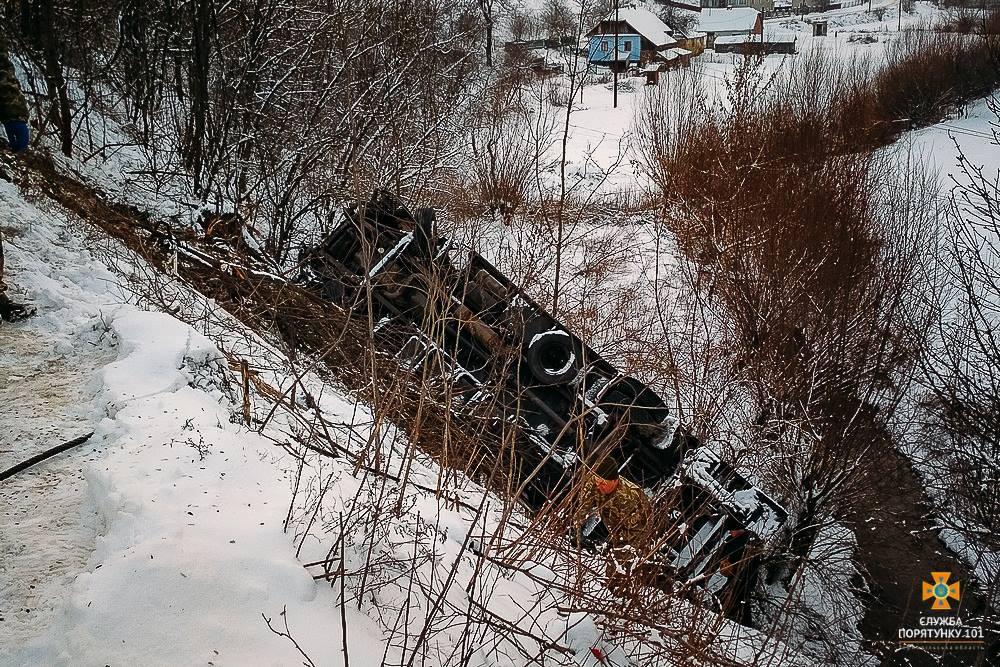 Ужасное ДТП: В обрыв вместе с фурой взлетели водитель и пассажир (фото)