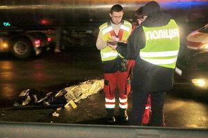 Смертельное ДТП в Киеве: Пешеход отлетел на 20 метров и упал на встречную полосу
