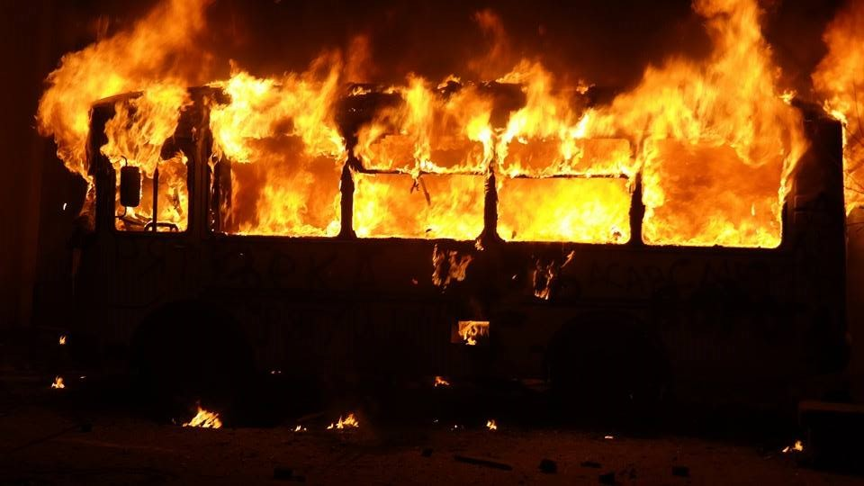 Пассажиры грелись паяльной лампой, а затем: 52 человека погибли в горящем автобусе