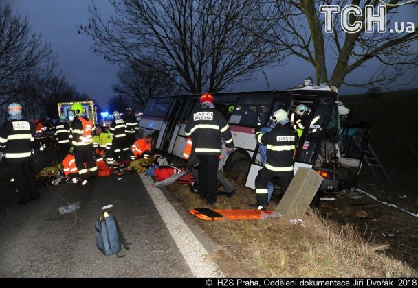 «Трое погибших и почти полсотни раненых»: Пассажирский автобус столкнулся с автомобилем и вылетел в кювет