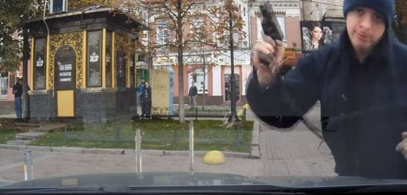 В столице полицейский зверски набросился на авто и угрожал пистолетом пассажирам (ВИДЕО)