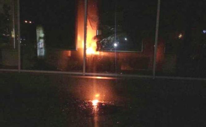 «Бросили в дверь»: В центре Хмельницкого произошел страшный пожар