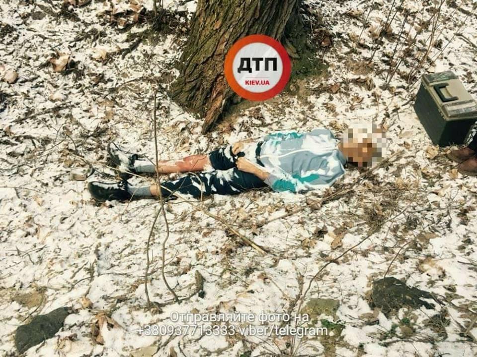 «На ноге — большой крест»: В Киеве в парке нашли труп мужчины, появились первые кадры