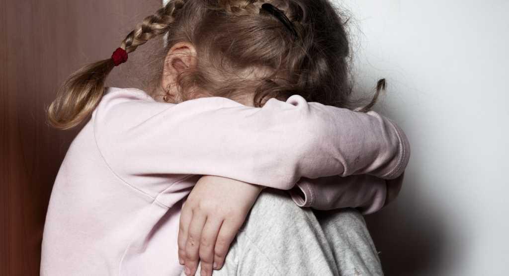 «Сначала избил, а потом изнасиловал»: После жестокого надругательства отчима 3-летняя девочка умерла