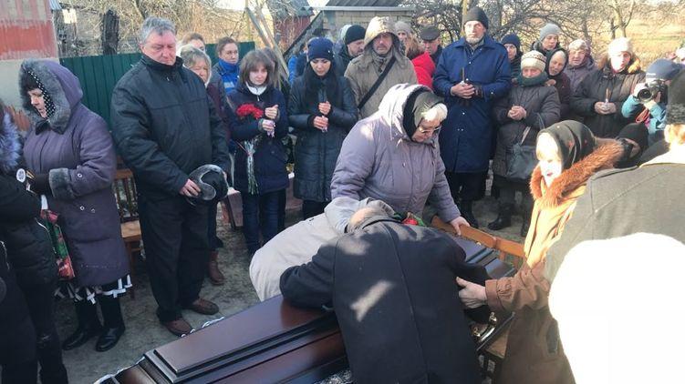 Полиция оцепила все! В родном селе проходит прощание с зверски убитой Ноздровськой (ФОТО)